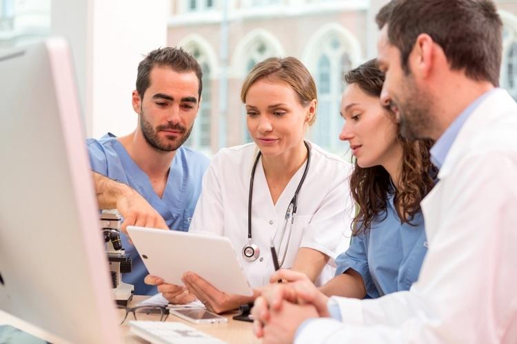 Een medisch team kijkt in het epd van een patiënt