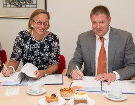 Ondertekening samenwerkingsovereenkomst Sint Franciscus Vlietland Groep en ChipSoft. Links op de foto: Roos van Erp-Bruinsma