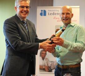 Ivo van der Klei (bestuurder Amstelring) en Olivier Coops (initiatiefnemer Dinst) vieren de samenwerking.
