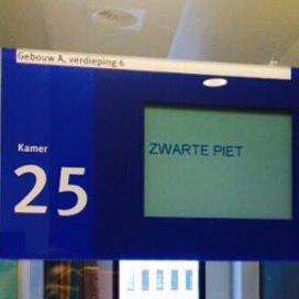 JBZ zet Zwarte Piet op naambordje baby
