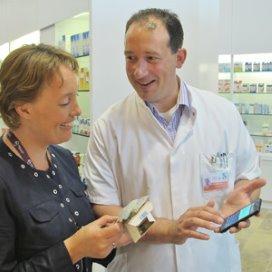 Internist-hematoloog Peter Westerweel en poliklinisch apotheker Maryse Spapens verwachten veel van het 'steuntje in de rug' dat patiënten met CML krijgen via hun mobieltje.