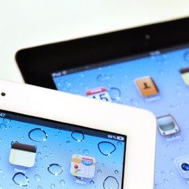 Groep 8 belt met ouderen via iPad