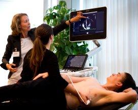 Cardioloog Kathinka Peels (links) uit het Catharina Ziekenhuis in Eindhoven demonstreert de werking van EPIQ.