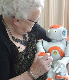 Zora de zorgrobot troost eenzame ouderen