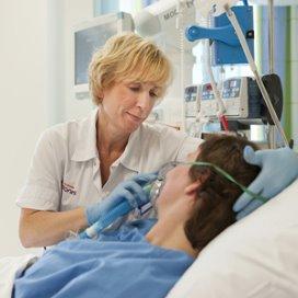 Een patiënt krijgt zuurstof.