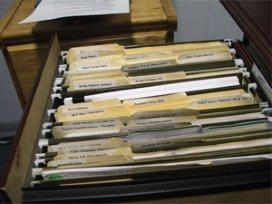 Vrouw koopt dossierkast met CIZ-documenten