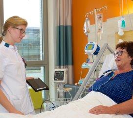 Seniorverpleegkundige Hendrika Schouten registreert patiënt- en werkgegevens sinds kort dagelijks online met een app en tablet.