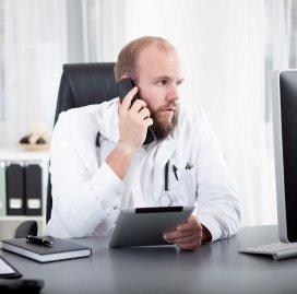 dokter aan telefoon.istock.jpg