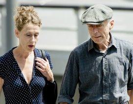 Neurochirurg Kees Tulleken en zijn vrouw Jannetje Koelewijn komen aan bij de rechtbank voor het oordeel van het Tuchtcollege.