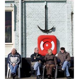 Ouderen genieten van het zonnetje op de Maasboulevard in Vlaardingen