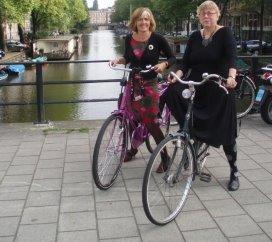 Dames THe op de fiets.jpg