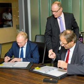 Kees Smaling (Siemens) en rechts Ernst Hoette (Amphia) ondertekenen overeenkomst