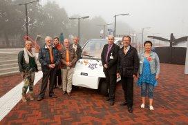 De vrijwillige gastenbegeleiders en bestuursvoorzitter Meindert Schmidt bij de ZGT Shuttle.