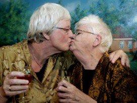 'Zorginstellingen te weinig homovriendelijk'