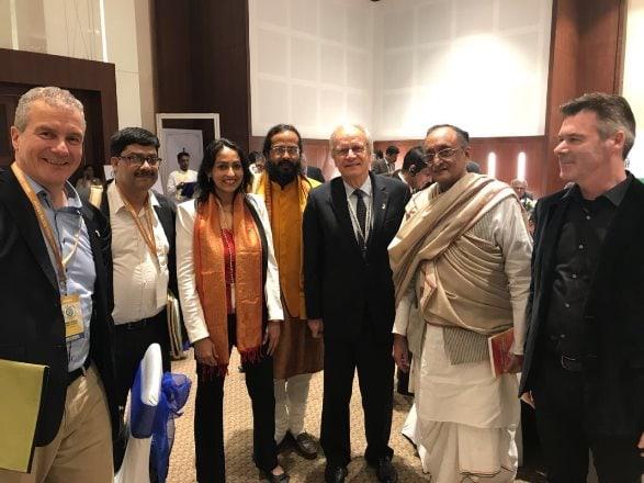 Jos de Blok (rechts) bij de lancering van Buurtzorg India.