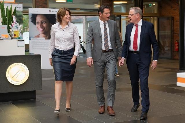 Johan Dorresteijn (rechts) vlak voor zijn pensioen in maart 2018, met bestuursvoorzitter Peter Langenbach (midden) en Wietske Vrijland (links) van het Maasstad Ziekenhuis.