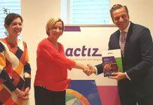 Ismay Kremers en Mireille de Wee van de ActiZ-kerngroep wonen en zorg overhandigen minister Hugo de Jonge het rapport met 45 verhalen van zorgbestuurders.