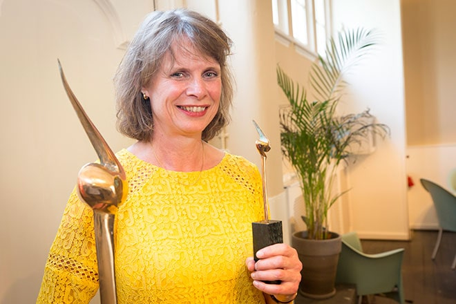 Gertrude van den Brink, bestuursvoorzitter Middin, met de Zorgvisie excellence trofee