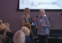 Saar Boerlage van de Wijze Oude Wijven in Amsterdam in gesprek met dagvoorzitter Meike de Jong op het congres Ouderenzorg op de Juiste Plek
