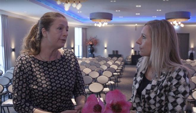 Sophia de Rooij (links) in gesprek met Meike de Jong (rechts)