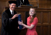 Marit de Vos (rechts) ontvangt haar bul.