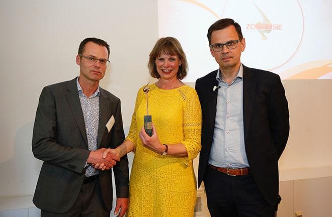 Overhandiging van de prijs Zorgmanager van het Jaar aan Gertrude van den Brink, bestuursvoorzitter Middin
