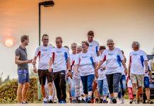 Bas van de Goor (midden), initiator van het wandelevenement Nationale Diabetes Challenge, in actie in Sleeuwijk.