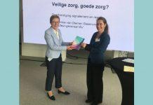 IGJ-inspecteur-generaal Ronnie van Diemen krijgt het Signalement 'Veilige zorg, goede zorg?' overhandigd van Maartje Schermer van het CEG.
