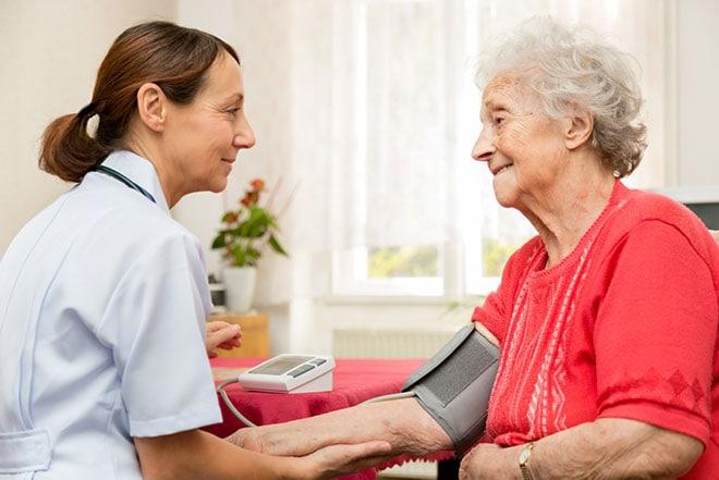 bloeddrukmeting oudere
