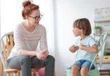 Gesprek tussen psycholoog en kind