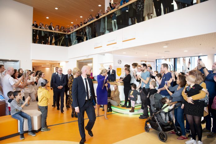 Koningin bezoekt Prinses Máxima kinderoncologisch centrum