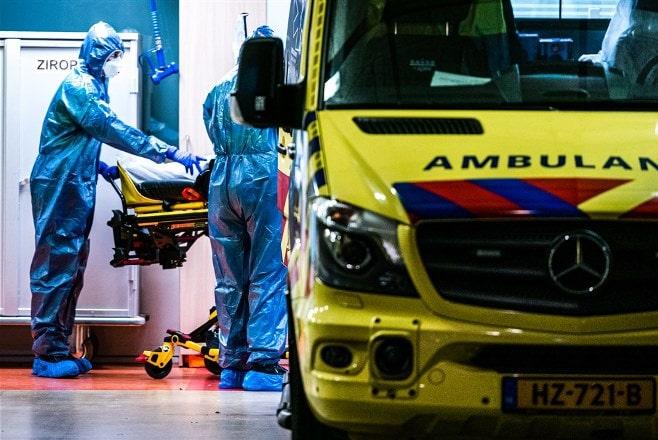 Ambulances vervoeren coronapatiënten vanuit Elisabeth Tweesteden Ziekenhuis in Tilburg, naar ziekenhuizen in Groningen, Leeuwarden, Drachten, Zwolle, Rotterdam aen Maastricht. ANP ROB ENGELAAR