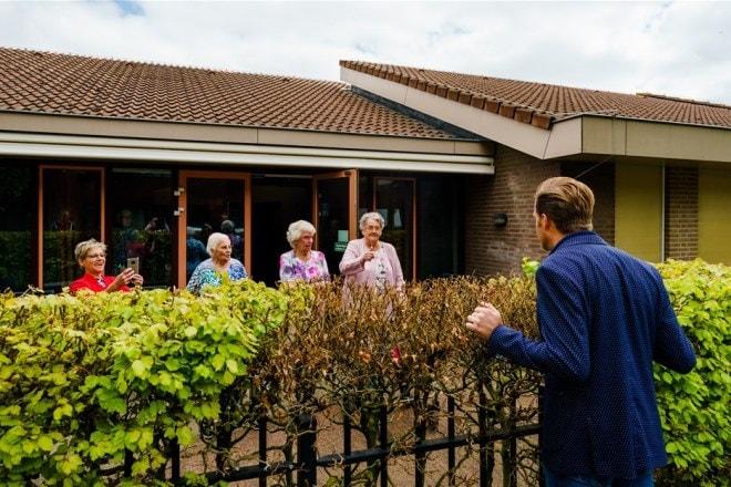 Minister Hugo de Jonge spreekt met bewoners van Centrum voor Wonen en Zorg Heidestede in Sint Willibrord. Foto: ANP Marco de Swart.