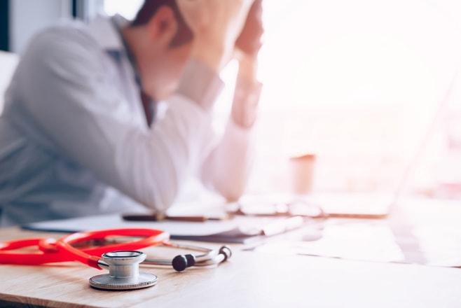 arts in moeilijkheden