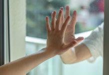 handen op raam