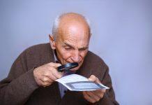 zoekende oude man